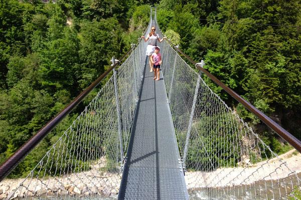 Ein luftiges Erlebnis: Die Hängebrücke Hostalde in der Nähe von Adelboden. Auf der anderen Seite wartet zur Belohnung ein Beizli.<br>© Juerg Hostettler