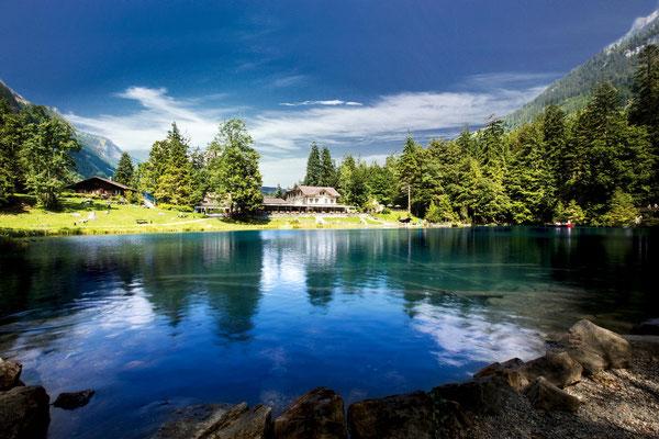 Blausee: Naturpark mit Spazierwegen, Feuerstellen, Picknickplätzen und einem Kinderspielplatz. Ein Besuch im Blausee-Museum, Bouldern oder den See vom Glasbodenboot aus entdecken – all das inmitten einer einmaligen Kulisse.  (Foto: www.blausee.ch)