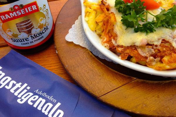 Auf der Engstligenalp und weiteren Bergrestaurants lassen sich Schweizer Spezialitäten bestens geniessen.