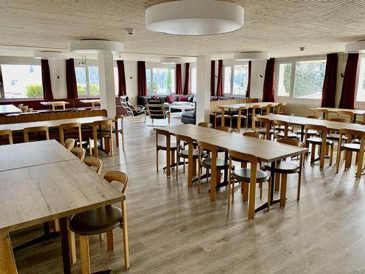 Der Ende 2019 total renovierte Speisesaal und Aufenthaltsraum (Schallschutzdecke, Bodenbelag, Beamer, Tischplatten, Vorhänge).<br>© Daniel & Sonja Albietz