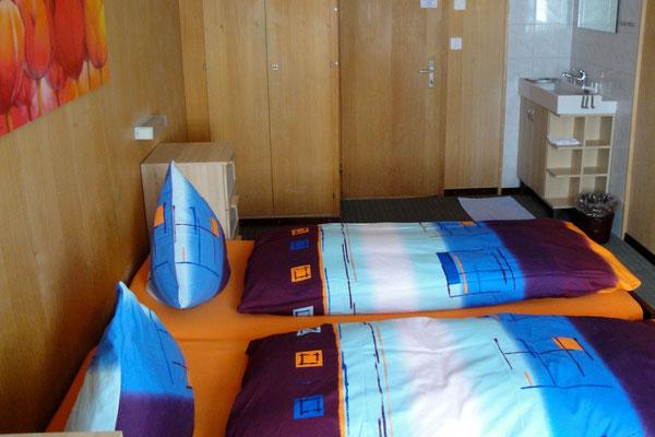 Schöne Zimmer –alle mit Lavabo.