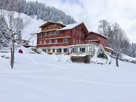 Das Haus liegt in der Landwirtschaftszone mit unverbauter Aussicht in die umliegenden Berge.<br>© Daniel & Sonja Albietz