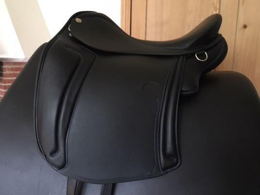 Schwarz mit blauen Keder und Nähten, ganz kurze Kissen und verkürztes Sattelblatt für kleine Pferde