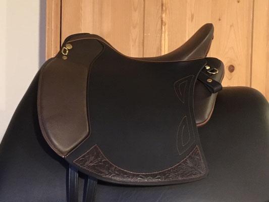 Sattelblatt Schwarz, Sitz und Pausche Mocca, Besatz Montana Mocca, Keder/Nähte Cognac