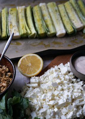 Gebackener Lauch mit Schafskäse und Mandel-Crunch