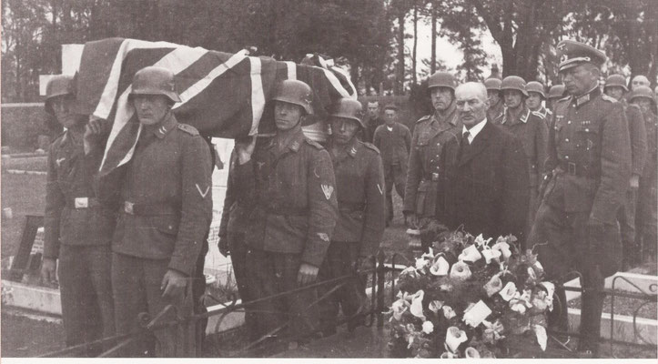 In June 1943 2 RAF airmen, Sgt D.C. Butler and Sgt A. Holden were given a military funeral. The German officier at the far right is Oblt Zepernick who was killed later that year, 31. October 1943 by allied aircraft that attacked the train he was on.
