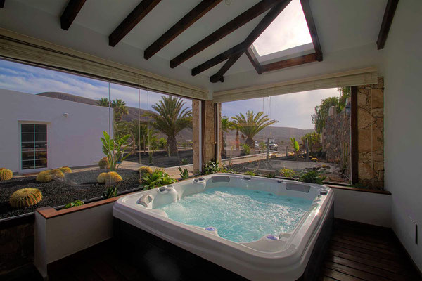 jacuzzi with stunning view in la pared