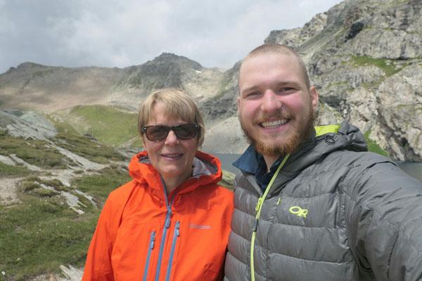 Mit meiner Mutter am Lägh da Lunghin, nach dem Haareschneiden.