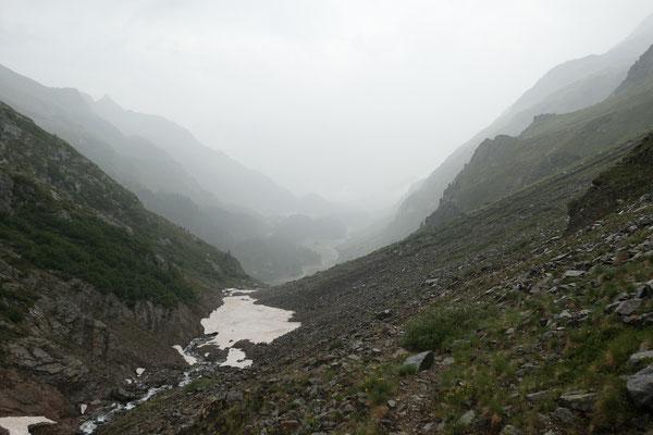 Einmal mehr Regen an der Schweizer Grenze. Unterhalb des Passo del Muretto nach Maloja. Musste leider auch das Zelt bei Regen stellen :-(