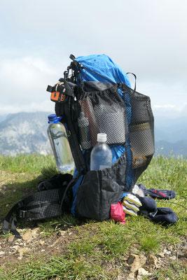 Links Oben: Wasserfilter, Dreckwasserbeutel und Klopapier. Links unten: 1L Wasserflasche
