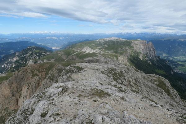 Blick Richtung Westen vom Roterdspitz (links im Talgrund ist Bozen zu sehen)