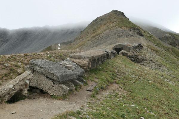 Auch südlich unter dem Piz Umbrail sind Kriegsspuren sichtbar (Ringsum hat es zerfallene Kasernenanlagen und Schützengräben)
