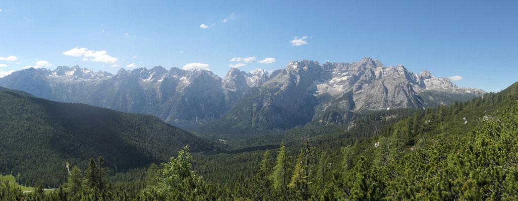 Blick von Norden ins Val d'Ansiei und im Hintergrund die Sorapiss Gebirgsgruppe