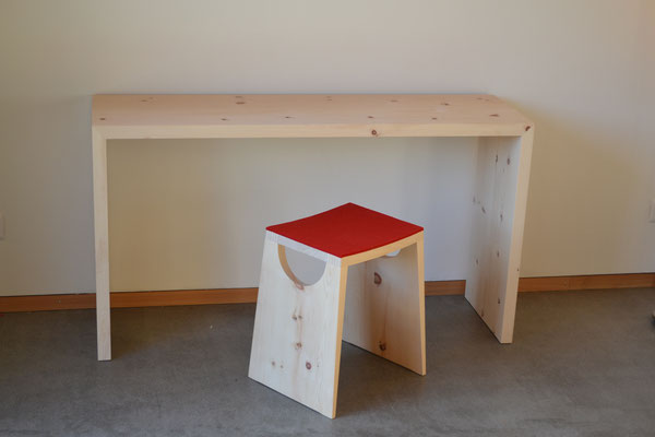 Schreibtisch Arve, Hocker Arve mit Filzauflage