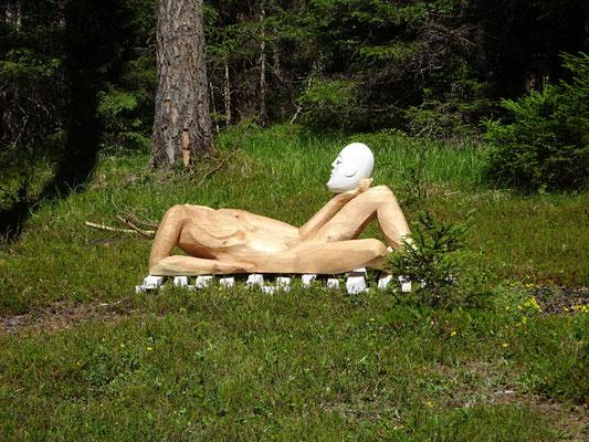 Holzskulptur mit Marmor