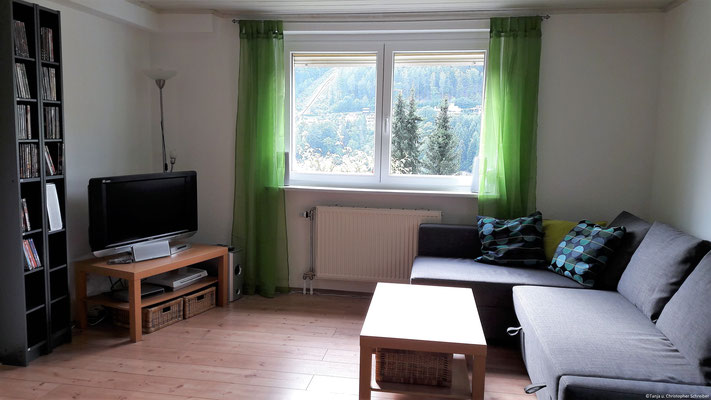 Wohnzimmer mit TV und DVD-Player