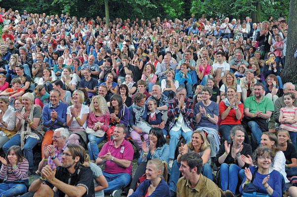 Zuschauer*innen an der Kehrwiederbühne. Hildesheimer Wallungen 2013. Foto: Andreas Hartmann