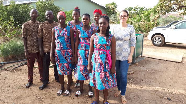 Drei Monate später besuchte Alexandra unsere Kandidaten erneut. Die Kleider wurden von Leslie (2. v.r), welche sich zur Schneiderin ausbilden lässt, gemacht.