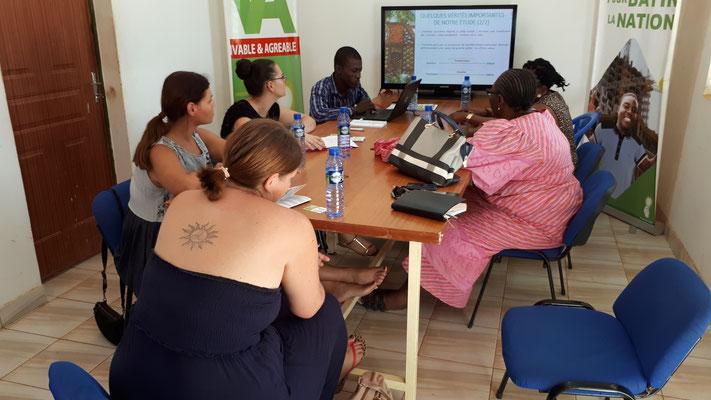 In einer sehr interessanten Präsentation erhielten wir Einblick in die Tätigkeiten und Ziele der Stiftung RAVI.
