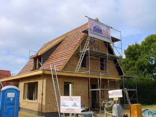Herstellen der Dach-Unterkonstruktion bestehend aus einer Unterspannbahn und der Dachlattung sowie vorhandener Überstände