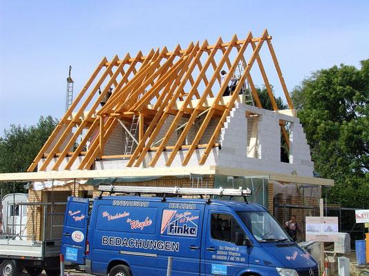 Aufstellen des Dachstuhls inklusive einer abgeschleppten Gaube und des vorgelagerten Flachdachs