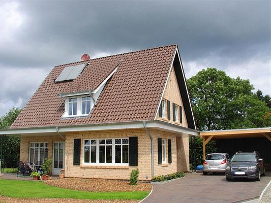 Eindecken der Dachfläche und Abdichten des Flachdachs sowie Verkleidung der Überstände