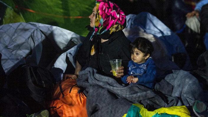 Sie warten darauf, die Grenze nach Mazedonien passieren zu dürfen. | Bildquelle: AFP