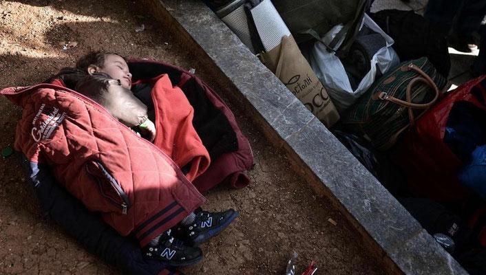 Gestrandet in der griechischen Hauptstadt: Ein Kind schläft auf einem Platz mitten in Athen. Die Kapazitäten Griechenlands zur Aufnahme der Flüchtlinge sind nahezu erschöpft. | Bildquelle: AFP