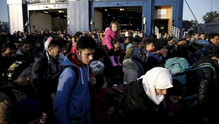 Mit großen Fähren werden die Menschen von den Inseln auf das Festland nach Piräus gebracht. Nur Flüchtlingen aus Syrien und dem Irak wird die Weiterreise in Richtung mazedonischer Grenze erlaubt. | Bildquelle: REUTERS