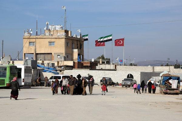 In Bab al-Salam warten Zehntausende Syrer vor allem aus Aleppo darauf, dass die türkische Regierung die Grenze öffnet. © dpa Ge