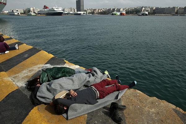 Am Dienstagmorgen waren mehr als 2.000 Flüchtlinge in Piräus angekommen. © Panayotis Tzamaros/AFP/Getty Images