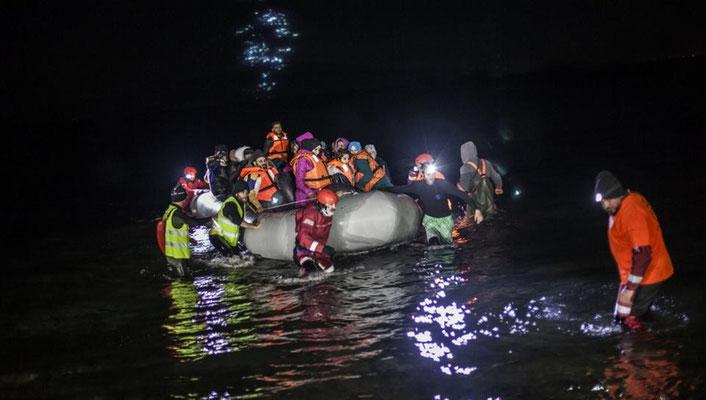 Hier kommt ein überfülltes Schlauchbootes in Lesbos an. | Bildquelle: AP