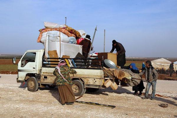 Seit syrische Regierungstruppen unterstützt von Russlands Bombenangriffen verstärkt auf Aleppo vorrücken, sind Zehntausende Einwohner aus der Stadt geflohen. Nicht alle hatten wie diese Familie genug Zeit, ein paar Habseligkeiten auf Lastwagen zu verstau