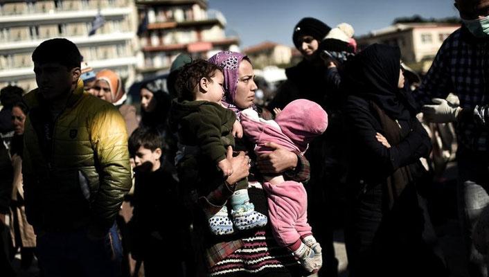 Die Zahl der Flüchtlinge, die über das Meer auf die griechischen Inseln kommen, steigt weiter. Immer mehr Frauen und Kinder sind auf der Flucht. | Bildquelle: AFP