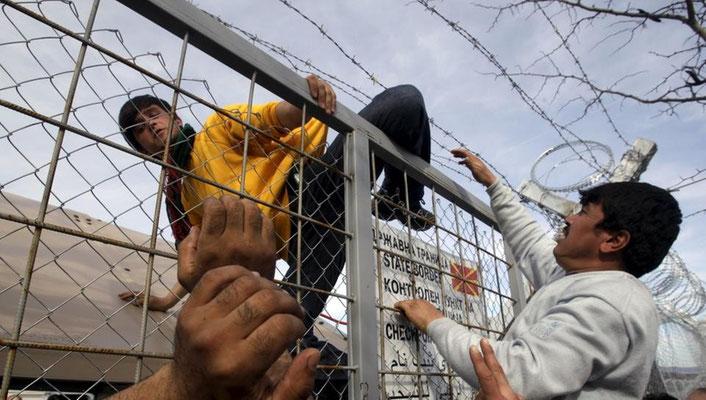 Einige versuchen, mit Gewalt über den Grenzzaun zu kommen. | Bildquelle: REUTERS