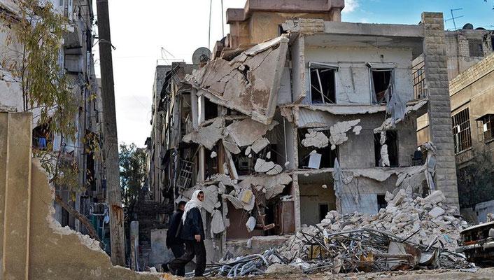 Der Krieg schweigt ein wenig seit bald zwei Wochen. Aber er ist noch lange nicht vorbei. Das Foto zeigt zerstörte Häuser in Aleppo. | Bildquelle: dpa