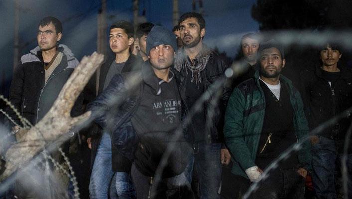 Flüchtlinge aus Afghanistan dürfen die Grenze nicht mehr passieren. Syrer und Iraker werden durchgelassen. Nachdem Flüchtlinge versucht haben, gewaltsam den Zaun zu überwinden, wurde der Übergang zeitweise ganz geschlossen. | Bildquelle: AFP