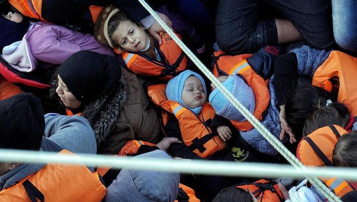 Diese Flüchtlinge wurden erst kürzlich von der griechischen Küstenwache aus einem Schlauchboot gerettet. | Bildquelle: AFP