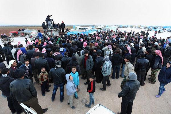 Türkische Hilfsorganisationen versuchen, die Syrer noch auf syrischem Staatsgebiet zu versorgen. © Bunyamin Aygun/dpa