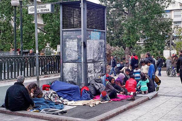 Etwas Wärme von unten: Diese Flüchtlinge haben sich auf dem Victoriaplatz in Athen auf dem Gitter eines Lüftungsschachts eingerichtet. © Milos Bicanski/Getty Images