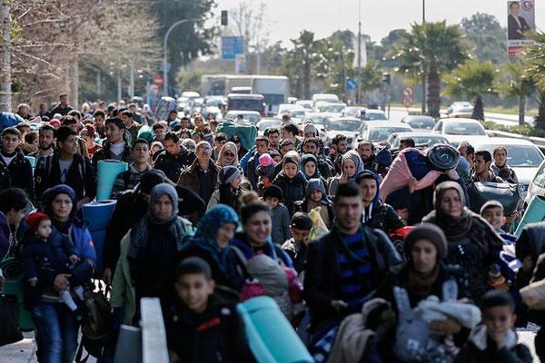 Diese Gruppe Flüchtlinge hat sich vom Flughafen aus auf den Weg zum Hafen gemacht. © Alkis Konstantinidis/Reuters
