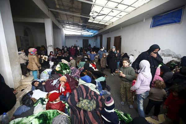 """Geflüchtete in Bab al-Salam. US-Regierungssprecher Josh Earnest zeigte sich besorgt über die Offensive bei Aleppo. """"Es sieht nach einer schrecklichen humanitären Situation in Syrien aus und sie dürfte sich verschlimmern"""", sagte er. © Osman Orsal/Reuters"""