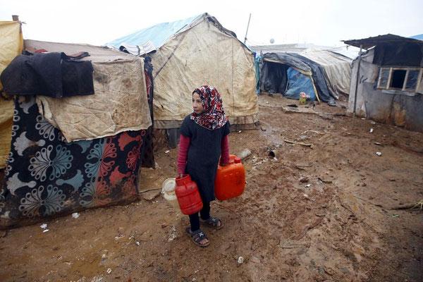 In provisorischen Zelten wie hier in Bab al-Salam warten die Syrer auf die Öffnung der Grenze. © Osman Orsal/Reuters
