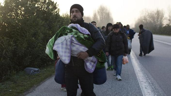Hunderte Flüchtlinge in Griechenland versuchen, auf der Autobahn zur mazedonischen Grenze zu gelangen. | Bildquelle: AP