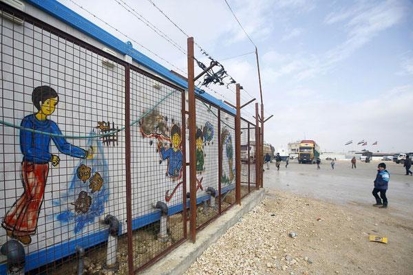 Flüchtlingslager bei Bab al-Salam: Die Türkei habe ihre maximale Aufnahmefähigkeit von Flüchtlingen erreicht, sagte der stellvertretende Ministerpräsident des Landes, Numan Kurtulmuş, am Wochenende. Ob und wann die Grenzübergänge geöffnet werden, ist unk