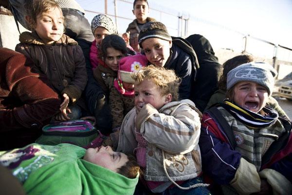 Derzeit lässt die türkische Regierung nur vereinzelt syrische Flüchtlinge über die Grenze. Diese Kinder müssen noch auf der syrischen Seite ausharren. © Kerem Kocalar/Anadolu Agency/Getty Images