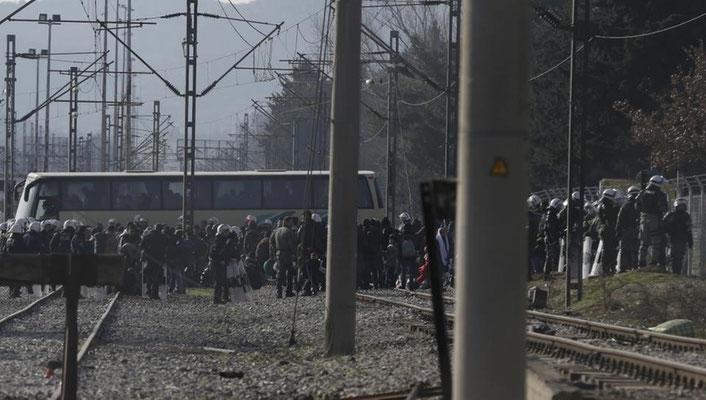 Hier räumt die griechische Polizei eine von Flüchtlingen besetzte Eisenbahntrasse an der griechisch-mazedonischen Grenze und beginnt mit der Organisation des Rücktransports Hunderter Migranten nach Athen. | Bildquelle: REUTERS