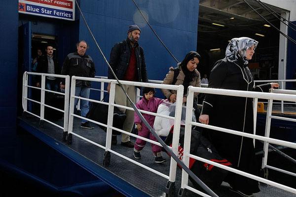 Migranten erreichen den Hafen von Piräus. © Alkis Konstantinidis /Reuters