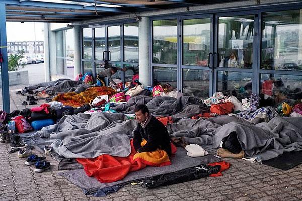 Auch diese Flüchtlinge warten, wie es weitergeht. Sie rasten vor dem Passagierterminal des Hafens. © Milos Bicanski/Getty Images Am Dienstagmorgen waren mehr als 2.000 Flüchtlinge in Piräus angekommen. © Panayotis Tzamaros/AFP/Getty Images Mitglieder eine