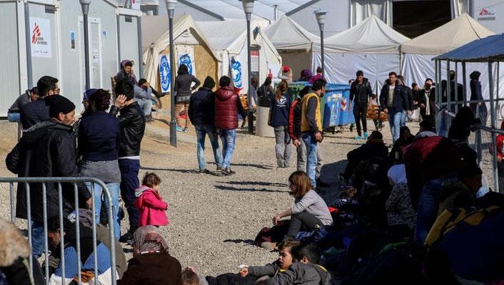 Im überfüllten Lager im Niemandsland warten die Menschen auf ihre Weiterreise. | Bildquelle: dpa